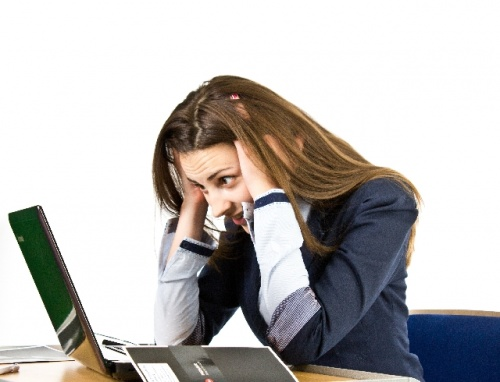 PC頭抱える女性